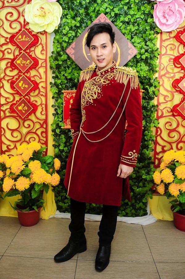 Chiếc áo dài nhung đỏ của nam ca sĩ Nguyên Vũ được tạo điểm nhấn bằng hàng loạt chi tiết ánh kim bắt mắt.