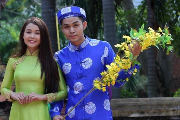 Jun 365 như hóa thân thành những chàng rễ xưa với bộ áo dài màu xanh có hoa văn đặc trưng của lễ cưới. Đây là hình ảnh trong bộ phim Tết mới nhất mà Jun tham gia.