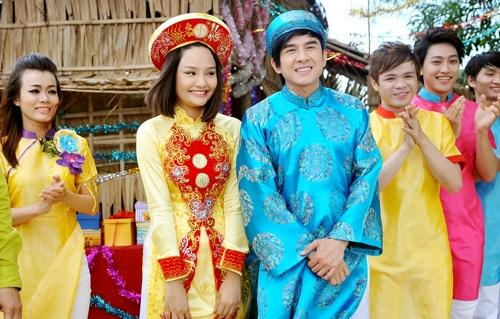 Đan Trường cũng thường diện áo dài từ trong phim ảnh đến sân khấu biểu diễn. Vẻ đẹp không tuổi của anh Bo cũng chính là chìa khóa tạo nên sức hút cho tất cả.