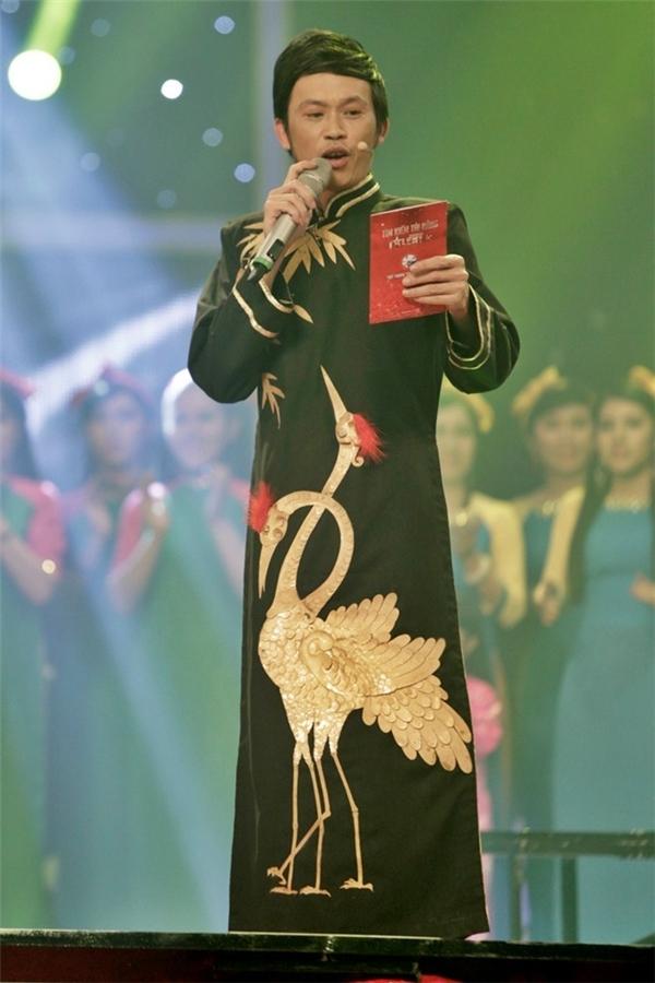 Một chiếc áo dài khá ấn tượng của nghệ sĩ Hoài Linh từ chất liệu cho đến họa tiết, cách kết hợp các tông màu.