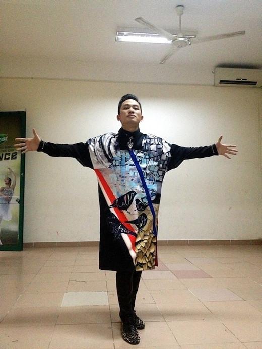 """Áo dài của Tùng Dương được cách điệu khá """"quái""""."""