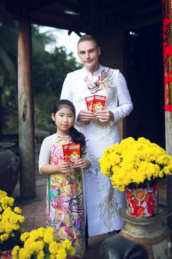 Kyo York cũng có những trải nghiệm thú vị với tà áo dài truyền thống. Bên cạnh nam ca sĩ chính là cô học trò nhỏ tên Ju Uyên Nhi - Quán quân Gương mặt thân quen nhí mùa giải đầu tiên.