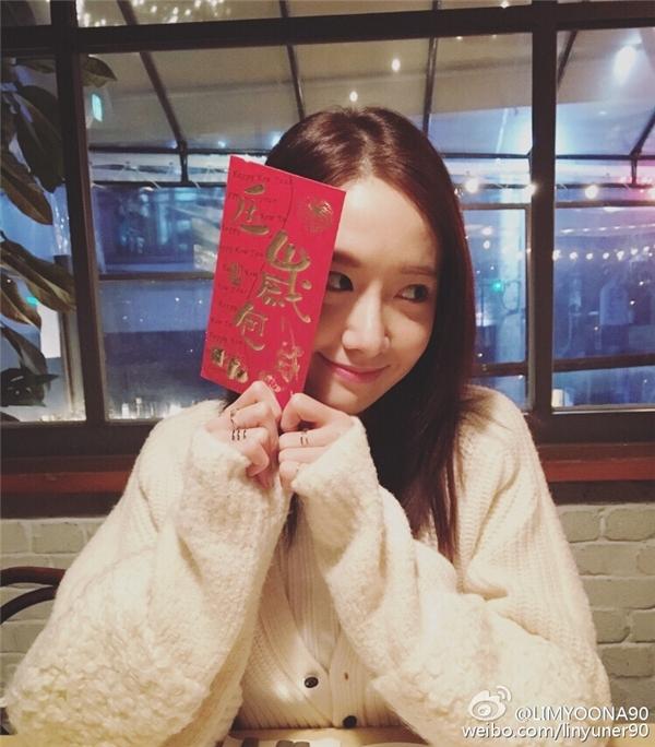"""Ngay mùng một, Yoona mang đến món quà cho các fan bằng ảnh """"tự sướng"""" đáng yêu. Cô nàng còn không quên """"lấy lòng"""" fan bằng dòng chia sẻ: """"Chúc mừng năm mới, mình đã chuẩn bị lì xì cho tất cả các bạn đây.""""."""