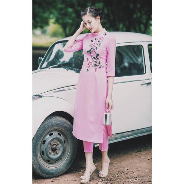 Trong khi đó, tà áo màu hồng lại mang đến vẻ ngoài ngọt ngào, trẻ trung cho các cô gái. Họa tiết hoa thêu tay được khéo léo điểm xuyết tạo nên điểm nhấn cho nền vải trơn.