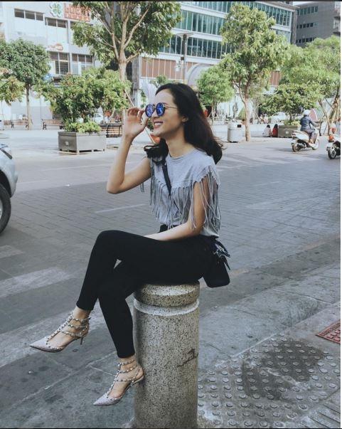 Áo phông kết hợp quần jeans gần như là công thức kinh điển nhất dành cho phái đẹp. Chỉ một vài chi tiết bỏ nhỏ như nạm đinh tán, tua rua đã giúp mọi thứ trở nên tươi mới, thu hút hơn hẳn.