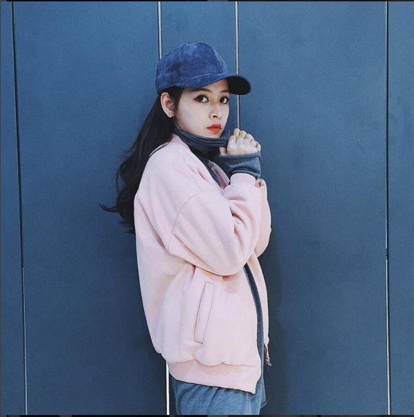 Với tiết trời se lạnh những ngày giao mùa, áo khoác len, nỉ sẽ không thể nào vắng mặt trong tủ đồ của con gái. Chi Pu mang đến một gợi ý hợp xu hướng với sắc hồng ngọt ngào.
