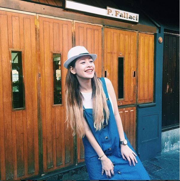 Nếu yêu thích sự trẻ trung, tinh nghịch thì váy yếm denim kết hợp áo phông cùng mũ fedora của Chi Pu sẽ là một lựa chọn không thể bỏ qua trong những ngày đầu năm này.