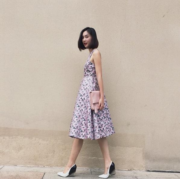 Một chiếc váy xòe nhẹ nhàng cùng họa tiết hoa điểm xuyết như thu gọn cả mùa xuân của miền nhiệt đới. Helly Tống khéo léo kết hợp cùng giày đế thô hợp xu hướng.