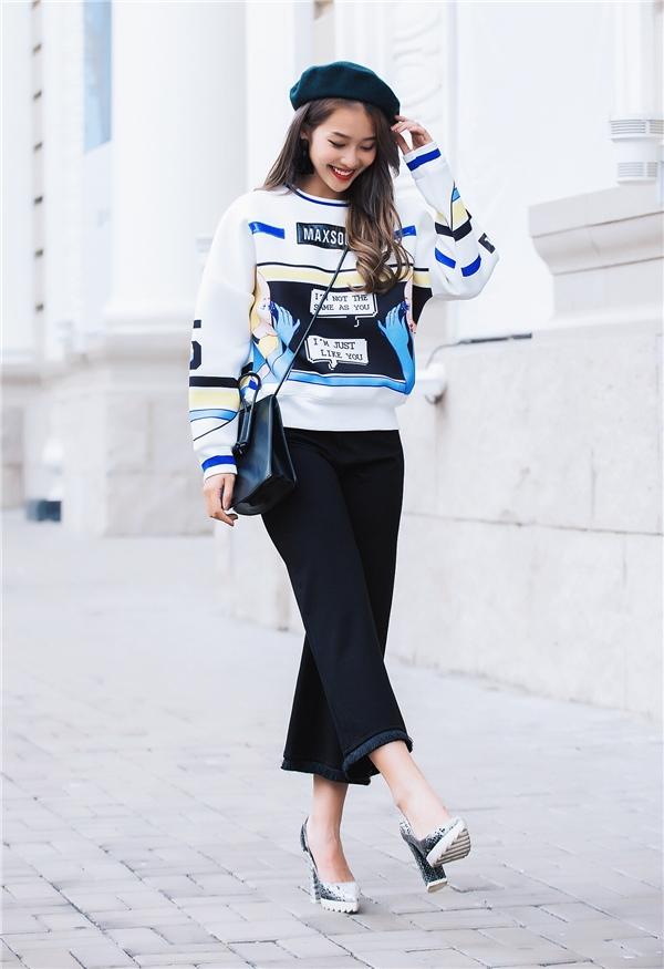 Khả Ngân vừa ngọt ngào, thanh lịch nhưng không kém phần hiện đại với áo phom rộng họa tiết kết hợp cùng quần culottes và hàng loạt phụ kiện.