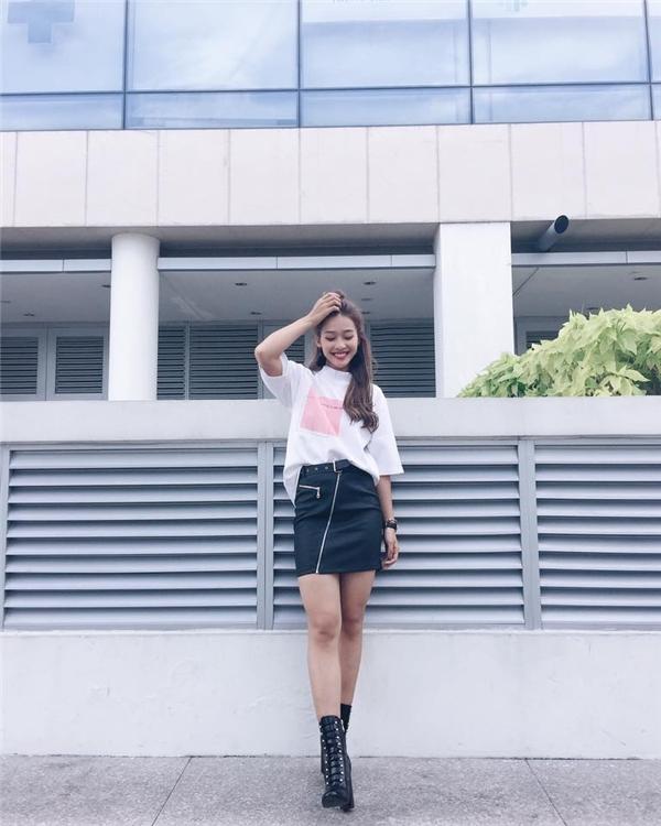 """Chân váy midi kết hợp áo phông lại mang đến vẻ ngoài trẻ trung, năng động cho """"hot girl quốc dân""""."""