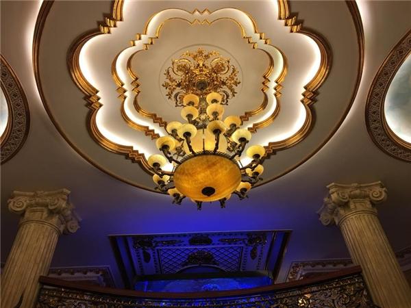 Nhiều đồ nội thất có hình dáng lạ và được phủ một lớp màu vàng bên ngoài, tạo nên vẻ xa hoa. - Tin sao Viet - Tin tuc sao Viet - Scandal sao Viet - Tin tuc cua Sao - Tin cua Sao