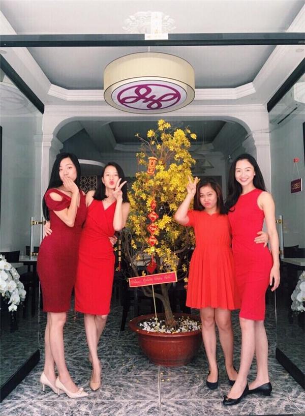 Á hậu Hà Thu (ngoài cùng bên phải) rực rỡ với sắc đỏ - tông màu tượng trưng cho sự may mắn trong năm mới. Người đẹp xứ Huế khéo léo khoe đường cong trong dáng váy ôm sát.