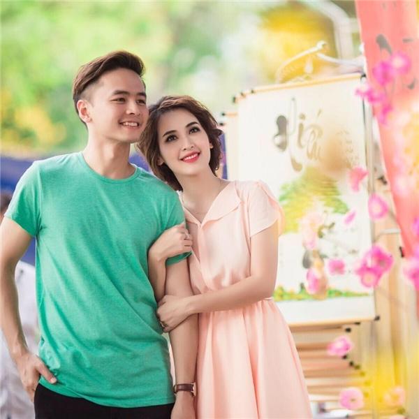 Tú Vi sải bước bên Văn Anh trong bộ váy màu hồng phớt ngọt ngào, điệu đà.