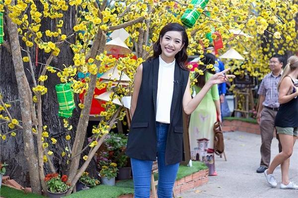 Sơ mi không tay cổ lọ, quần jeans cùng áo khoác ngoài vừa mang đến sự thanh lịch, trẻ trung nhưng không kém phần cá tính cho á hậu Thúy Vân.
