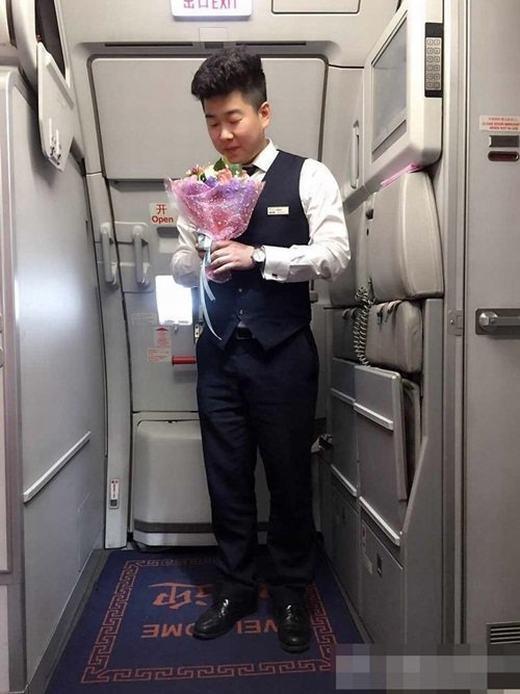Chân dung chàng trai cầu hôn người mình yêu ngay trên máy bay. (Ảnh: Sina)
