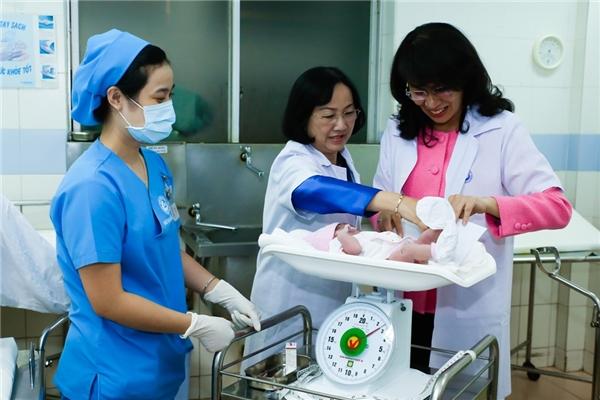 Lúc 0h05', bé gái thứ hai, con của chị Trần Huỳnh Thanh Trúc ngụ tại Lý Thái Tổ, quận 10, TP HCM cũng ra đời.