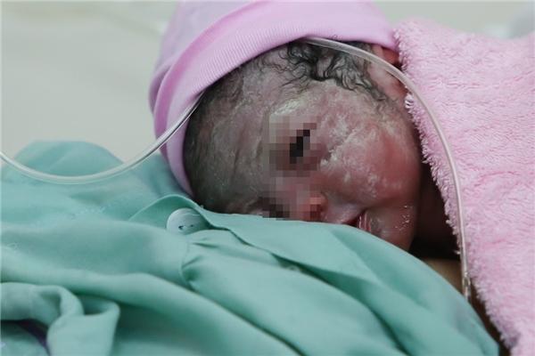 Em bé đầu tiên của năm Bính Thân 2016 sinh ra tại bệnh viện Từ Dũ tìm sữa mẹ.