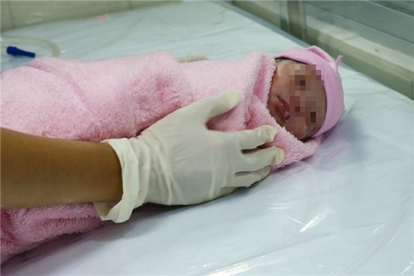 Sau khi sinh, bé được cho vào lồng sấy để đảm bảo sức khỏe.