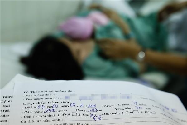 Anh Nguyễn Thanh Thả, cha của bé, chia sẻ rằng anh thấy hạnh phúc nhân đôi khi đón con đầu lòng và nhất là bé lại sinh ra vào thời khắc ý nghĩa.