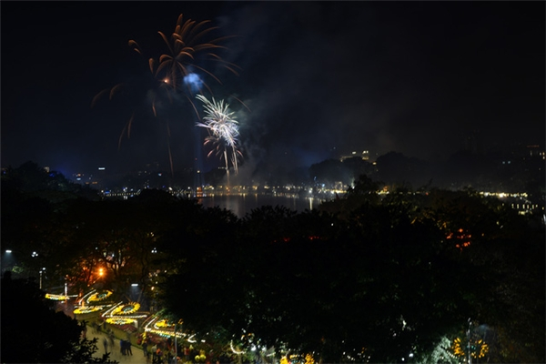 Pháo hoa rực rỡ tại Hà Nội. Ảnh: Internet