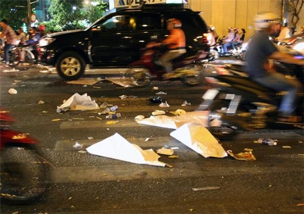 Bài ca muôn thuở: Giao thừa đi qua, rác ở lại