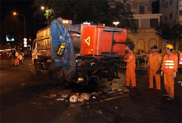 Công nhân vệ sinh - môi trường phải làm việc vất vả để thu dọn rácnhằm cho đường phố sáng mùng 1 Tết sạch sẽ. Ảnh: Internet