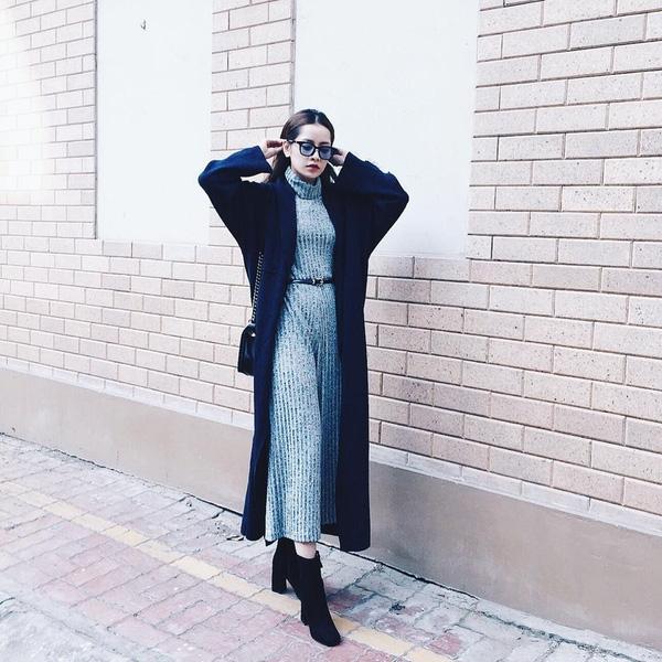 Trong tiết trời se lạnh của Thủ đô, Chi Pu khéo léo chọn chiếc váy len cổ lọ kết hợp cùng áo khoác dáng dài cùng đôi ankle boots. - Tin sao Viet - Tin tuc sao Viet - Scandal sao Viet - Tin tuc cua Sao - Tin cua Sao