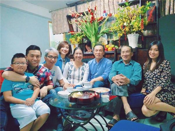 Ngôi nhà 3 thế hệ của nam ca sĩ Lam Trường rộn rã tiếng cười vào dịp năm mới khi tất cả mọi người quây quần bên nhau. - Tin sao Viet - Tin tuc sao Viet - Scandal sao Viet - Tin tuc cua Sao - Tin cua Sao