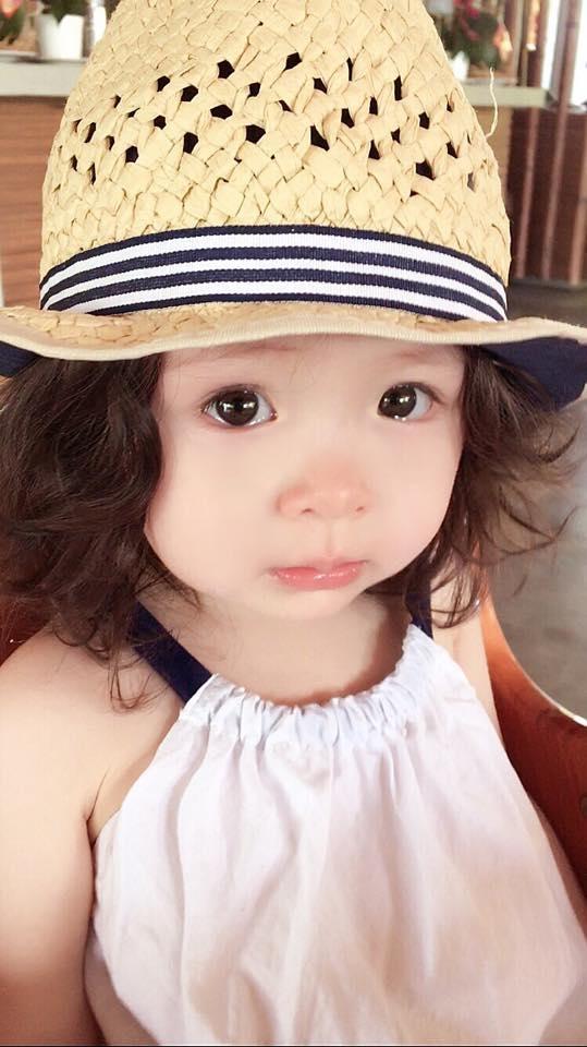 """Đôi mắt long lanh ngấn lệ của cô bé khiến bao người """"lịm tim"""". - Tin sao Viet - Tin tuc sao Viet - Scandal sao Viet - Tin tuc cua Sao - Tin cua Sao"""