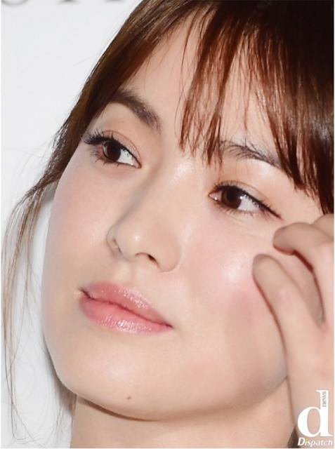 """Nằm trong danh sách """"ngọc nữ"""" xứ Hàn, không có gì khó hiểu khi Song Hye Kyo cũng sở hữu làn da mịn màn không tì vết."""