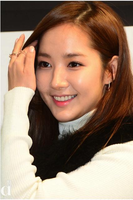 """Dù nhan sắc """"lúc đẹp lúc xấu"""" khá thất thường vì phẫu thuật thẩm mĩ nhưng Park Min Young chưa bao giờ vắng mặt trong danh sách kiều nữ xứ Hàn sở hữu làn da không tì vết."""