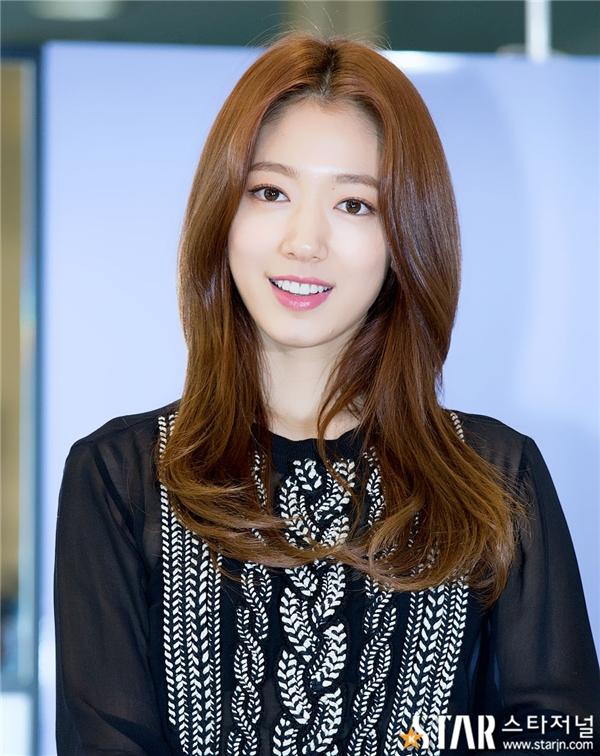 """Nổi tiếng với vẻ đẹp tự nhiên """"nói không với dao kéo"""", Park Shin Hye càng khiến phái nữ ganh tị hơn bởi làn da trắng sáng."""