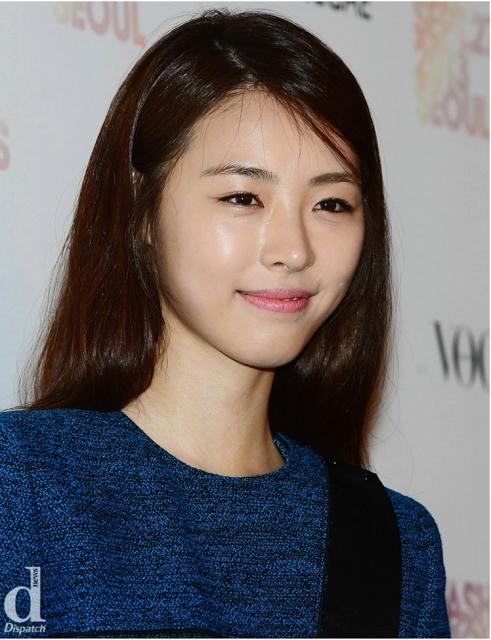 Không được đánh giá cao về khả năng diễn xuất nhưng Lee Yeon Hee luôn có mặt trong danh sách bầu chọn mĩ nhân của làng giải trí xứ Hàn. Làn da của cô mịn màn đến cả cư dân mạng cũng phải xuýt xoa không ngớt.
