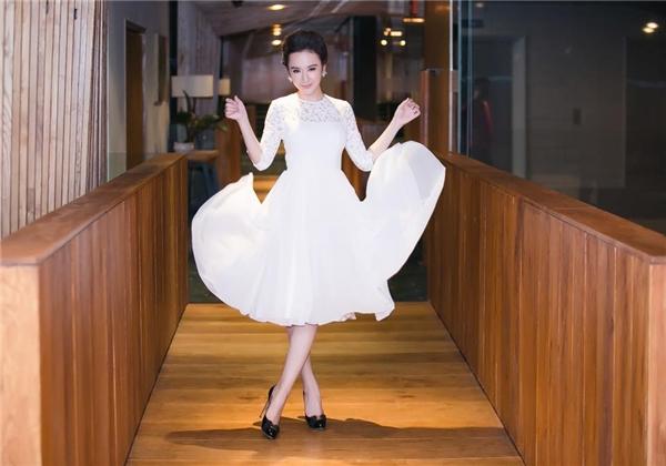 Sắc trắng luôn tạo nên vẻ tinh khôi, nhẹ nhàng cho phái đẹp. Bộ váy đơn giản của Angela Phương Trinh phối hợp tinh tế giữa ren mỏng gợi cảm cùng chất liệu voan lụa mềm mại như những cơn gió mơn man đầu mùa.