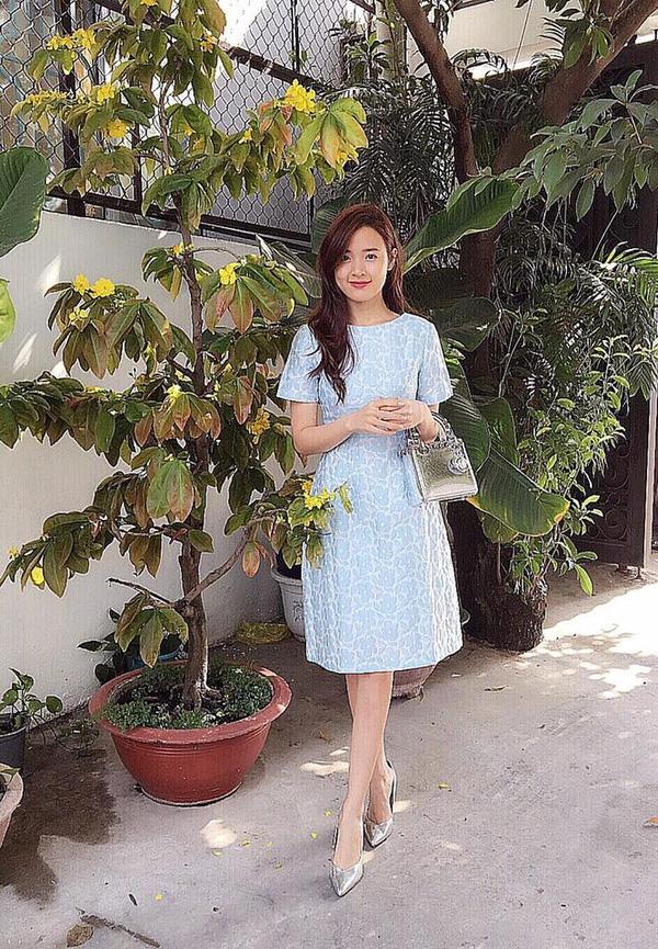 Sắc xanh ngọt ngào, trẻ trung lại là lựa chọn của Midu. Cô nàng diễn viên kết hợp bộ trang phục cùng loạt phụ kiện có tông màu xám bạc ánh kim nổi bật.