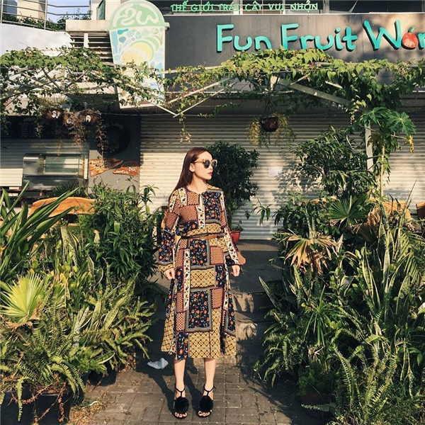 Yến Trang du xuân với cuộc dạo chơi của những họa tiết, hoa văn tông màu trầm mặc, ấm áp.