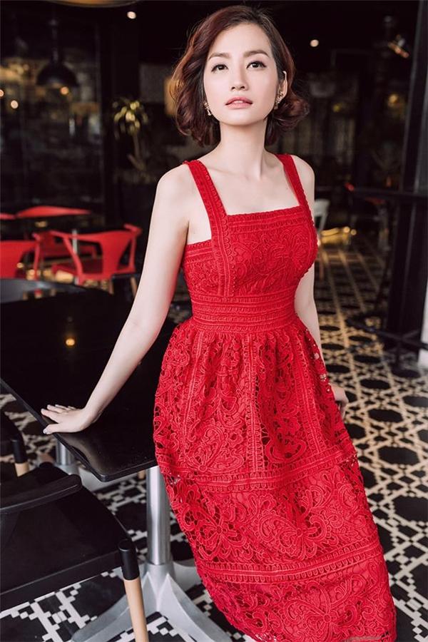 Sắc đỏ và ren cũng là lựa chọn của Trúc Diễm. Nhưng phần chân váy mà Trúc Diễm diện lại có độ phồng vừa phải giúp tổng thể khá gọn gàng, thanh thoát.