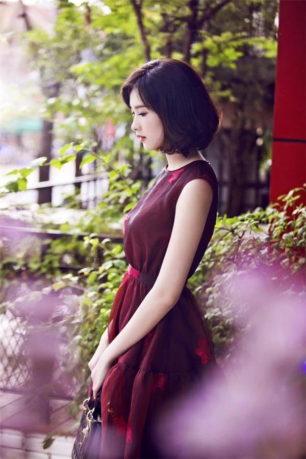 Mặc dù diện tông đỏ tím nhưng Hoa hậu Đặng Thu Thảo vẫn nổi bật nhờ họa tiết tông đỏ nổi bật được in chìm hài hòa.