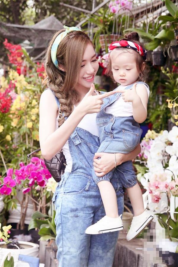 Trong những ngày đầu năm mới, Elly Trần xuống phố trẻ trung, năng động cùng con gái Cadie. Cả hai diện quần yếm jeans kết hợp cùng áo phông trắng. Phụ kiện tóc độc đáo càng làm tăng thêm sự thu hút, nổi bật.