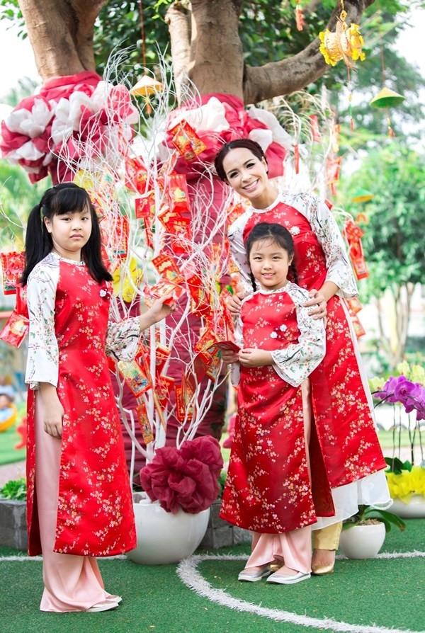 Trên nền sắc đỏ nồng nàn, quyến rũ, hàng loạt nhánh hoa đào li ti tạo nên điểm nhấn cho tà áo của 3 mẹ con cựu siêu mẫu Thúy Hạnh. Dù đón Tết theo kiểu hiện đại nhưng những giá trị truyền thống tốt đẹp vẫn được giữ gìn như một sự hoài niệm ngọt ngào.