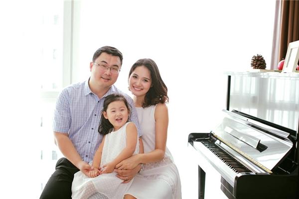 Hoa hậu Hương Giang và con gái cùng diện váy trắng điệu đà trong ngày đầu năm mới. Chất liệu voan lụa mềm mại mang đến vẻ ngoài thanh thoát, nhẹ nhàng cho hai mẹ con Hoa hậu đẹp nhất châu Á.