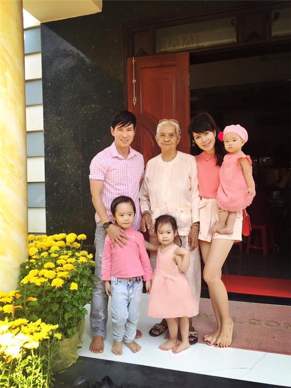 Gia đình Lý Hải - Minh Hà đồng loạt diện sắc hồng đào hợp xu hướng.