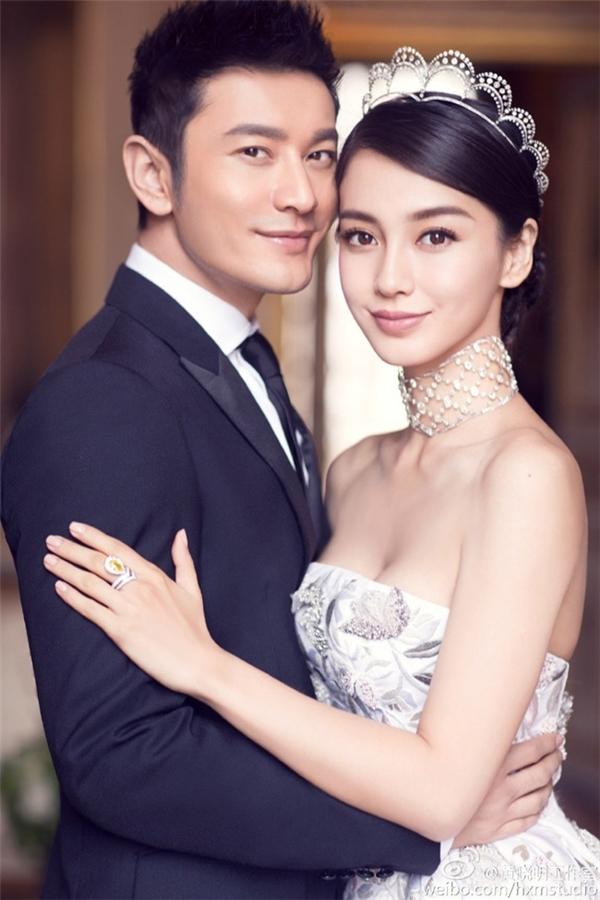 Có được một ông xã như Huỳnh Hiểu Minh, Angelababy khiến các cô gái khác phải ghen tỵ. Một năm 2015 đã qua thực sự rất thành công cả trên mặt tiền tài, danh vọng lẫn hạnh phúc với người đẹp Hoa ngữ.