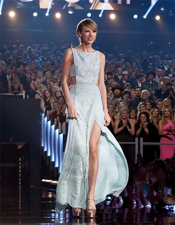 Trong làng giải trí âm nhạc Âu Mỹ, mỹ nhân được tìm kiếm nhiều nhất không ai khác là Taylor Swift. Năm 2015 đã qua tiếp tục thành công rực rỡ trong sự nghiệp của cô gái sinh năm 1989 này. Cô liên tiếp giành nhiều chiến thắng tại các giải thưởng lớn.