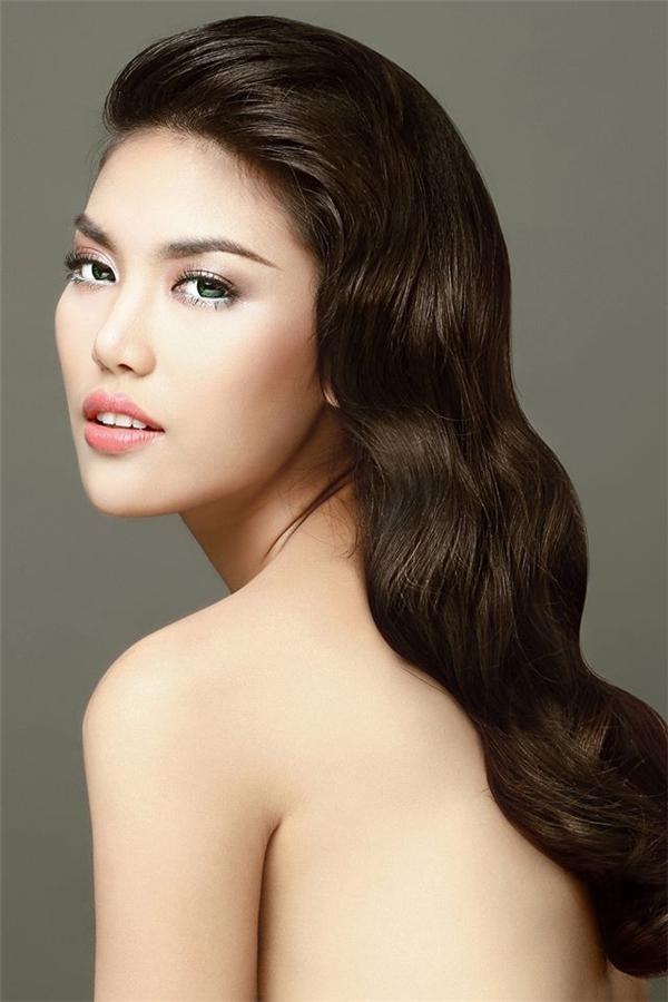 """Mái tóc của Lan Khuê được uốn lọn to tạo cảm giác mềm mượt, nhẹ nhàng. Phần tóc ở ngọn được bới cao góp phần tăng thêm vẻ sang trọng, quyến rũ. Đặc biệt, kiểu tóc này sẽ giúp các cô gái """"ăn gian"""" chiều cao một cách tinh tế."""