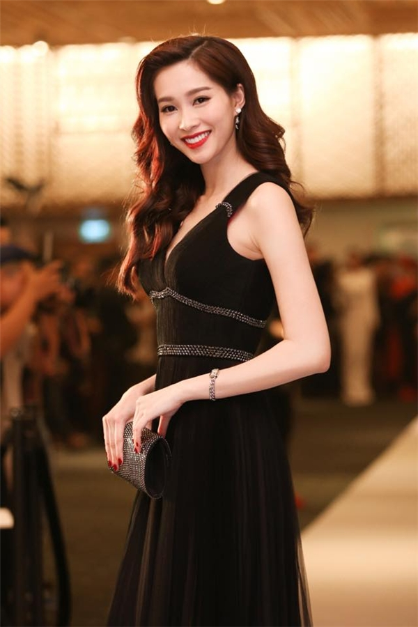 Từng lọn tóc đan cài vào nhau tựa như những cơn sóng nhẹ nhàng, rì rào mang lại vẻ ngoài sang trọng, bắt mắt cho Hoa hậu Đặng Thu Thảo.