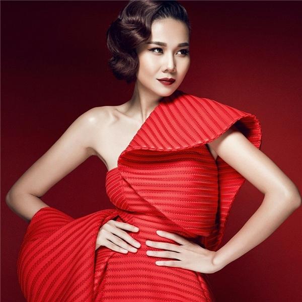 Cùng chọn kiểu tóc xoăn nhưng Thanh Hằng lại mang đến âm hưởng cổ điển ấn tượng với những lọn tóc nhỏ, dày và gần như san sát nhau.