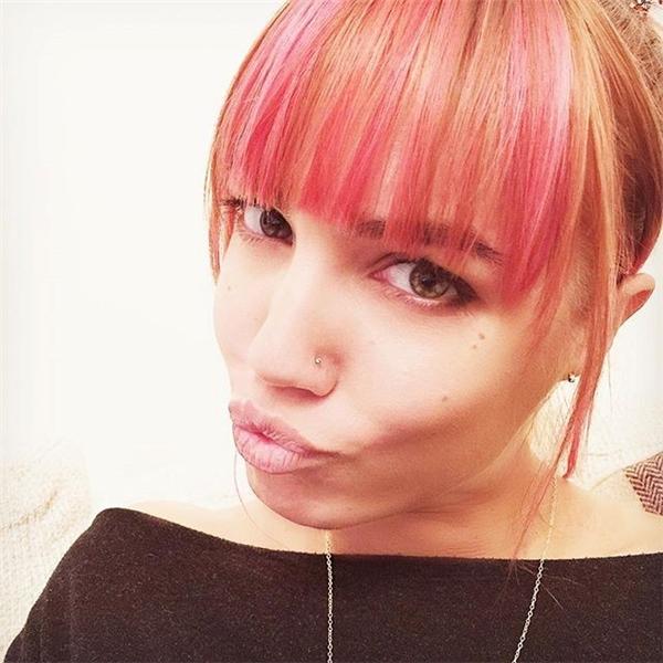 Người mẫu Amber Le Bon đã khởi xướng trào lưu nhuộm tóc mái cầu vồng.