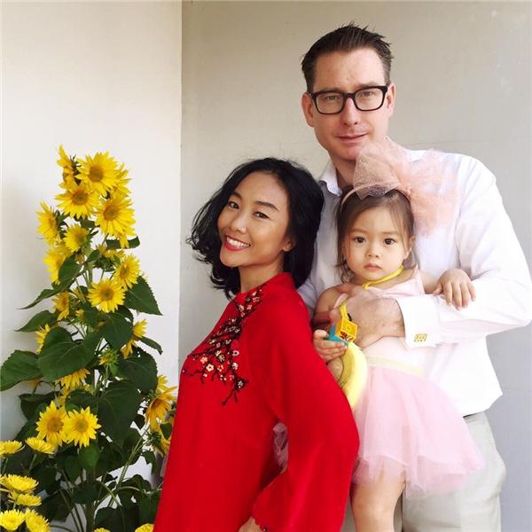 Nhóc tì nhà Đoan Trang được mẹ diện cho bộ cánh xinh như công chúa đón Tết cùng cả nhà. - Tin sao Viet - Tin tuc sao Viet - Scandal sao Viet - Tin tuc cua Sao - Tin cua Sao