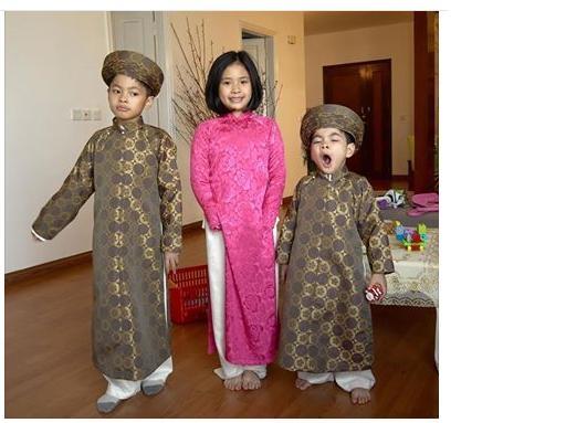 """Ba nhóc tì nhà Trần Lực do lỡ """"trớn"""" thức đón Giao thừa quákhuya nênsáng đầu năm có vẻ vẫn còn hơi """"ngái ngủ"""" và chưa thể rạng rỡ dù đã tươm tất trong bộ áo dài truyền thống. - Tin sao Viet - Tin tuc sao Viet - Scandal sao Viet - Tin tuc cua Sao - Tin cua Sao"""